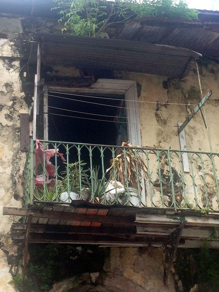 frontier-free-drifting-panama-old-balcony
