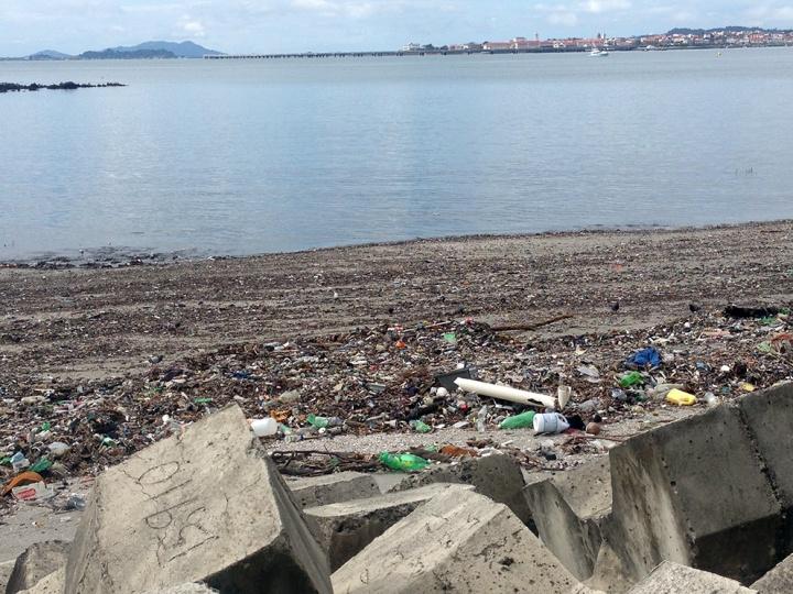 frontier-free-drifting-panama-polution-on-the-beach
